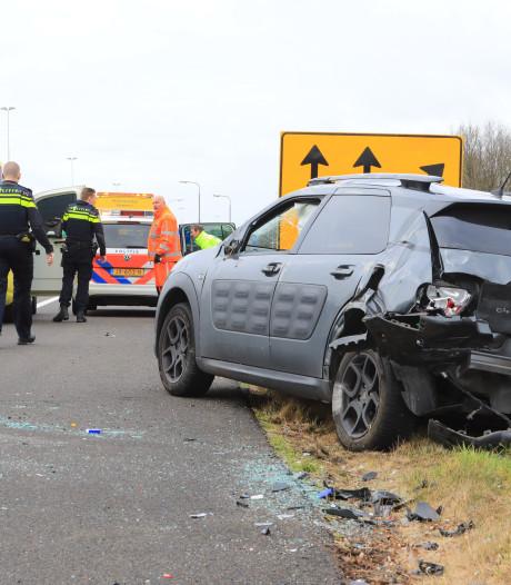 Auto belandt op zijkant na botsing op A28 bij Hoevelaken