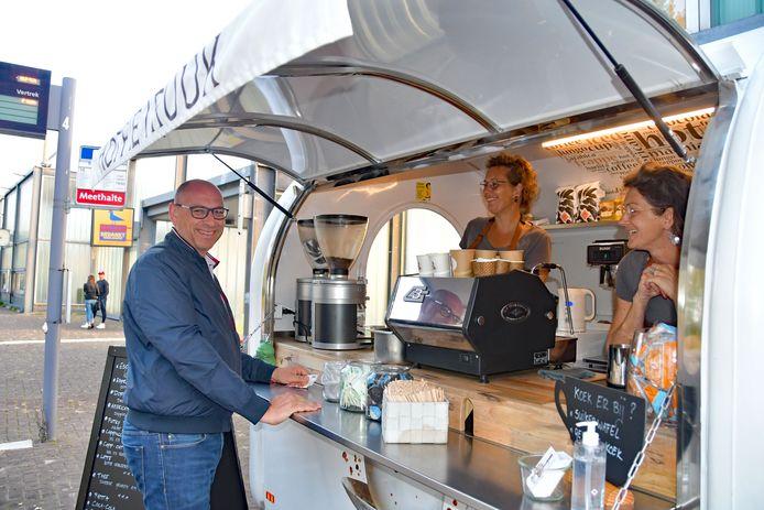 Ruben van Beek is op weg naar Vlissingen en komt speciaal voor de koffie langsgereden bij de KoffieTruuk van Catelijne (midden) en Annechien Quaak op het busstation Terneuzen.