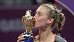 Elise Mertens sluit fantastische week af met stuntzege tegen Halep en pakt grootste WTA-titel uit carrière