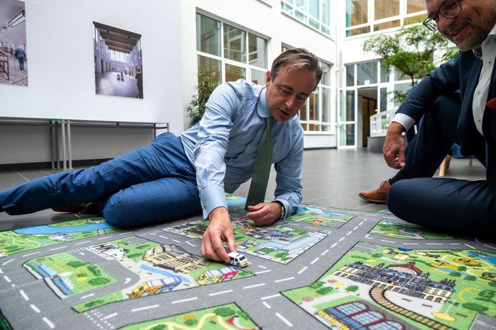 Nederlands bedrijf Cityplay overhandigt eerste 'Belgische' speelmat voor kinderen aan de burgemeester van Antwerpen, Bart De Wever en schepen Koen Kennis.