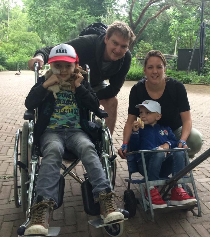 Willem (l) Boland met zijn vader en moeder en zijn broertje Benjamin.