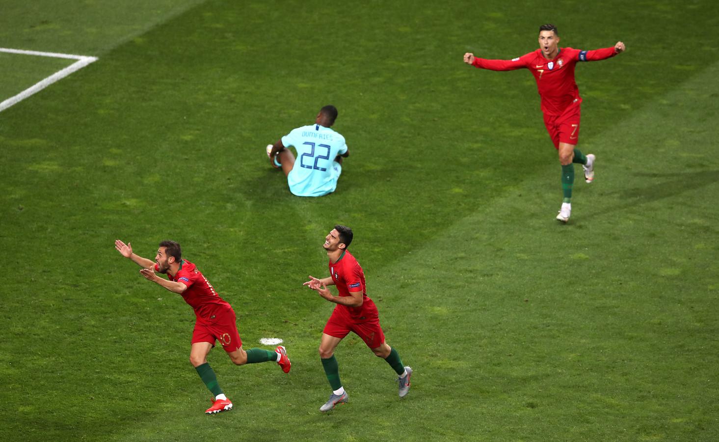 Portugal scoort tegen Oranje: doelpuntenmaker is Goncalo Guedes (midden).