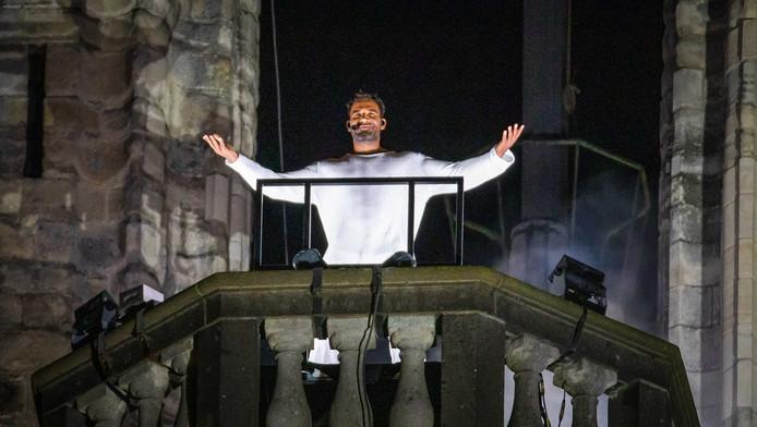 Edwin Jonker als Jezus bovenop de Grote Kerk in Dordrecht tijdens The Passion.