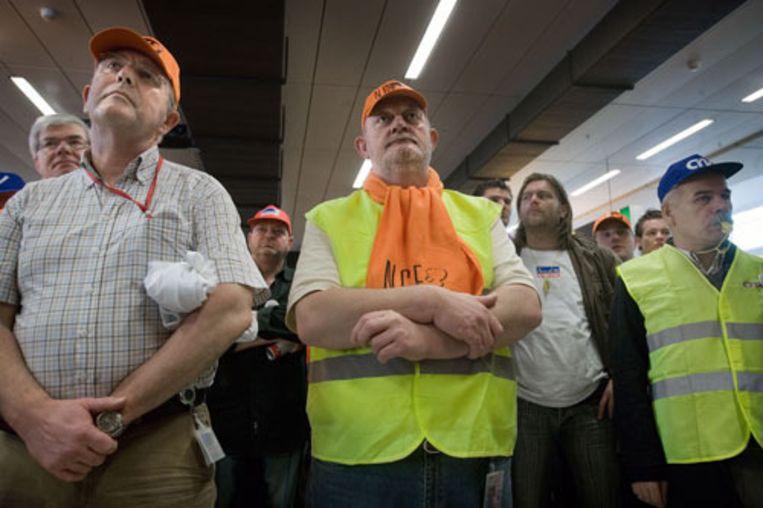 Douanemedewerkers en ander overheidspersoneel demonstreren donderdag op Schiphol voor een hoger loon. (Guus Dubbelman - de Volkskrant) Beeld