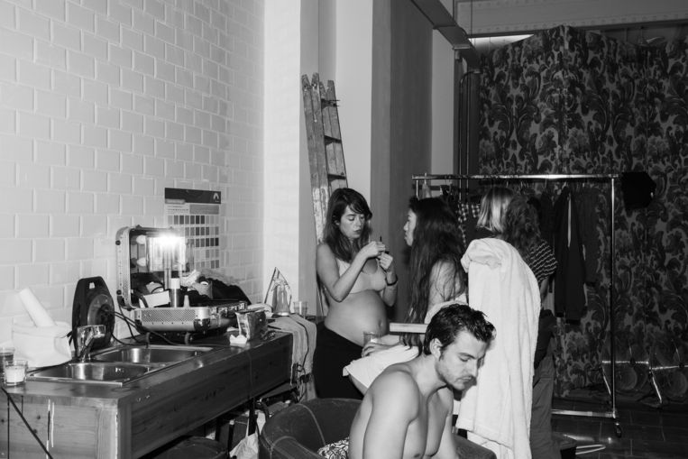Acteurs Tiffany Doll en Jay Smooth bij de make-up. Beeld Robin de Puy