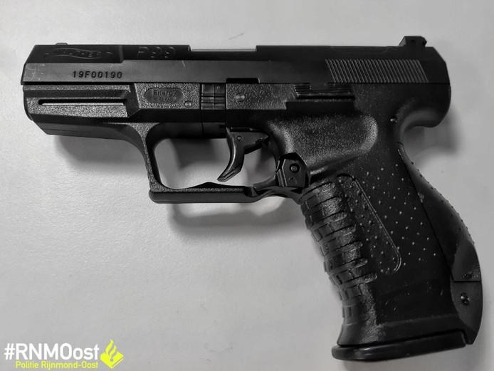 Het wapen van de 13-jarige jongen is een exacte kopie van het dienstwapen van de politie: een Walther P99.