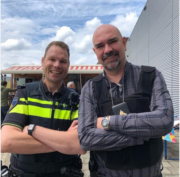 Wijkagent Martin Stam (links) en acteur Cees Geel.