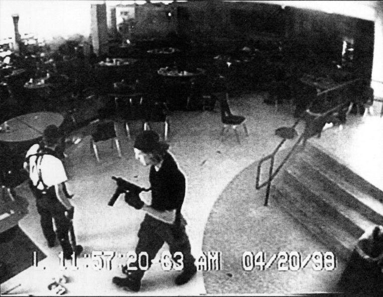 Eric Harris (links) en Dylan Klebold op bewakingscamera. Tien jaar geleden vermoordden de scholieren dertien mensen op de Columbine High School in Colorado. Foto AP Beeld