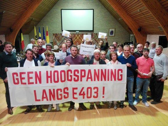 Buurtbewoners protesteren tegen de plannen van Ventilus tijdens de gemeenteraad in Wingene.