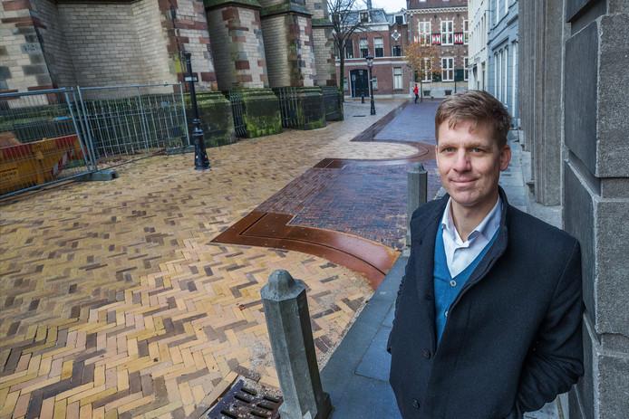 Bart Dijk (37), landschapsontwerper bij OKRA. Links de markering van de oorspronkelijke castellummuur met de twee ronde torens en de poort op Achter de Dom.