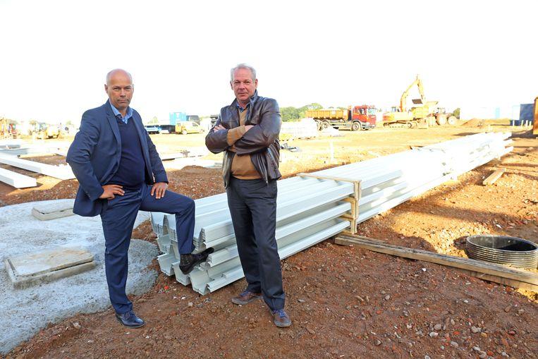 Zaakvoerders Frank en Jo Thomas van het gelijknamige familiebedrijf op de site waar het bedrijventerrein wordt gerealiseerd.