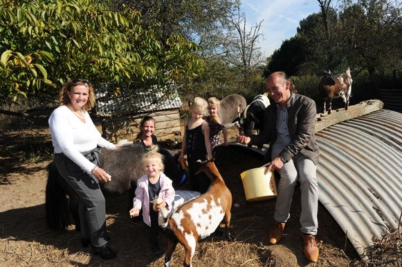 De toekomstige uitbaters van 'Het Speelboerderijtje': Christine Bertens en haar man Rainier, met dochter Evelyn Braem en haar drie dochters Bau, Mila en Hailey.
