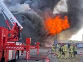 Nablussen grote brand Van der Heijden Transport in Hapert duurt tot zaterdagochtend, rook- en stankoverlast houdt ook aan