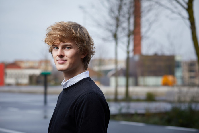 Thomas Mojet (18), nummer 9 van D66. ,,Onzekerheid over plek in de raad is part of the deal.''