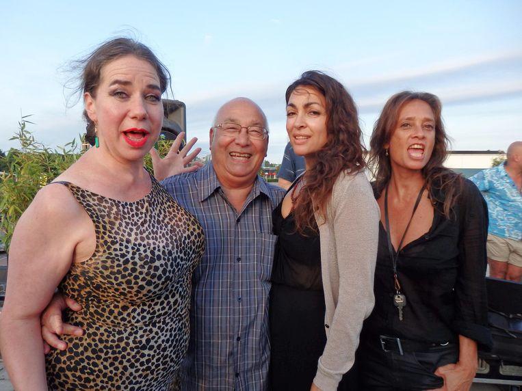 Inez de Jong, Roxy-icoon van de stad, Rob Malasch, ritselaar van de stad en de zusjes Monique en Suzanne Klemann (vlnr), voor eeuwig de koninginnen van de stad. Beeld Schuim