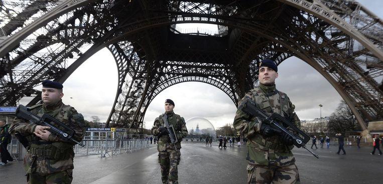 Franse politieagenten bij de Eiffeltoren in Parijs. Beeld afp