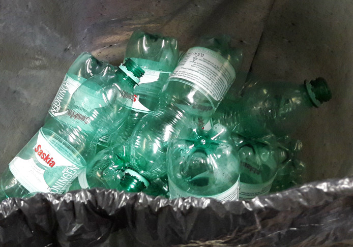 In Rotterdam-Noord komen veel plastic flesjes op straat terecht. Ondanks de aanwezigheid van 'flesjesbakken'.