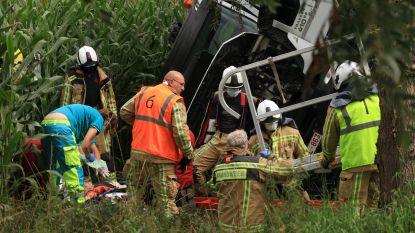 Vrachtwagen belandt in gracht, chauffeur overlijdt ter plaatse