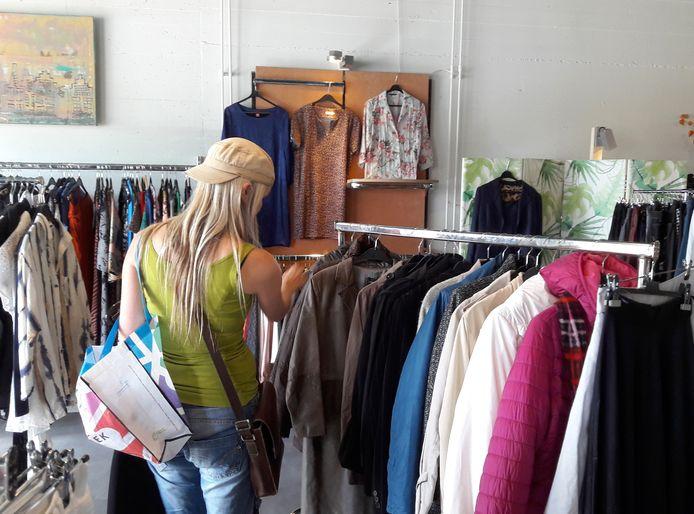 Dress for Succes heeft een grote collectie kleding voor mensen met een smalle beurs.