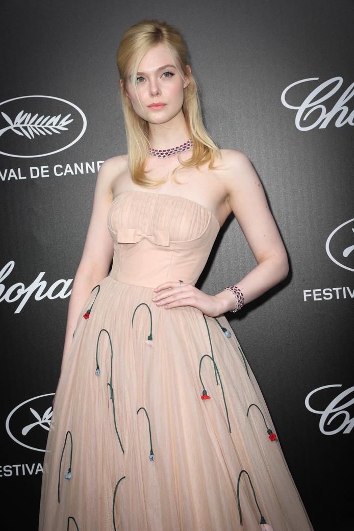 Fanning S'évanouit RobeFestival À De Cannes Sa Cause Elle 2019 Yfyg76vb