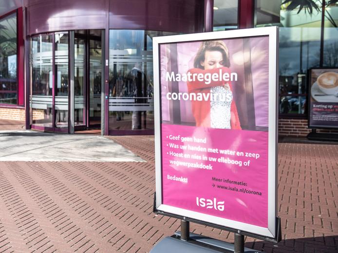 DS-2020- Zwolle.  Corona virus  Isala kliniek waarschuwt bezoekers over het virus via banners en posters  © Foto Frans Paalman Zwolle 2020