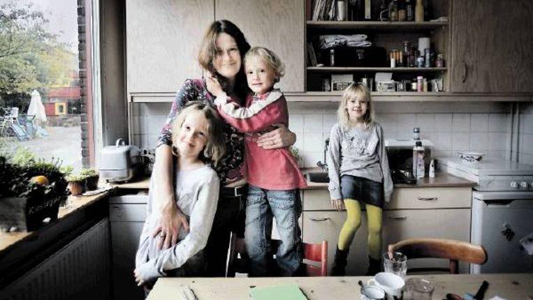 Josine van Eendenburg met Sofie, Freek en Floor. 'Maar aan mijn eigen keukentafel wens ik geen bemoeienis.' (FOTO WERRY CRONE, TROUW) Beeld