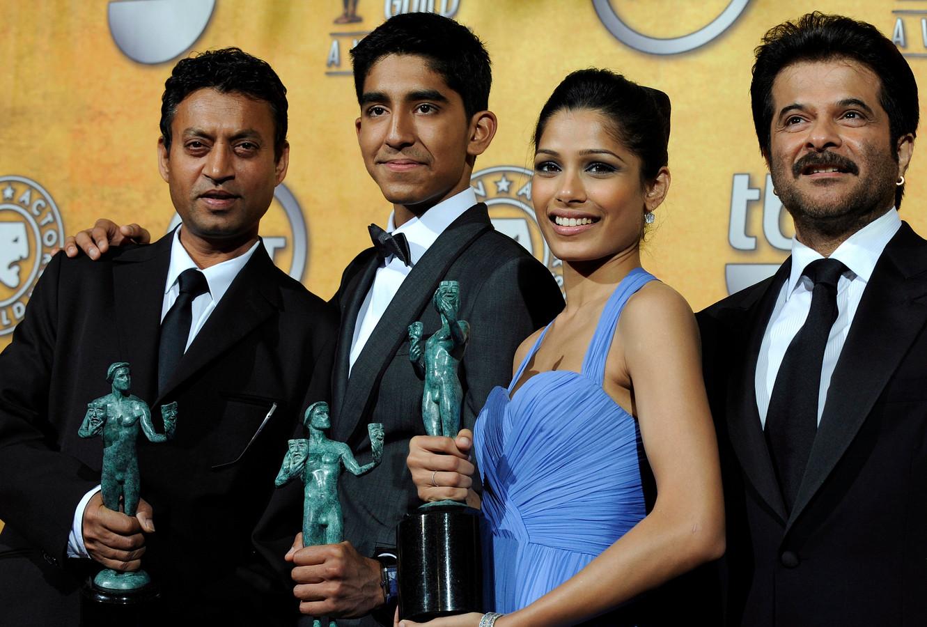 """Irrfan Khan (à gauche), et le reste du casting du film """"Slumdog Millionaire"""", Dev Patel, Freida Pinto et Anil Kapoor."""