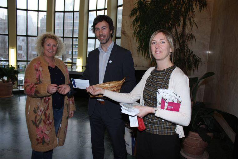 Sandra Demuynck van N-VA kreeg het eerste stuk chocolade