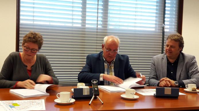 Ondertekening Klokkengieterij door Greet Buter en Frank Fritsen. Rechts adviseur Frank van de Kam van VB&T groep.
