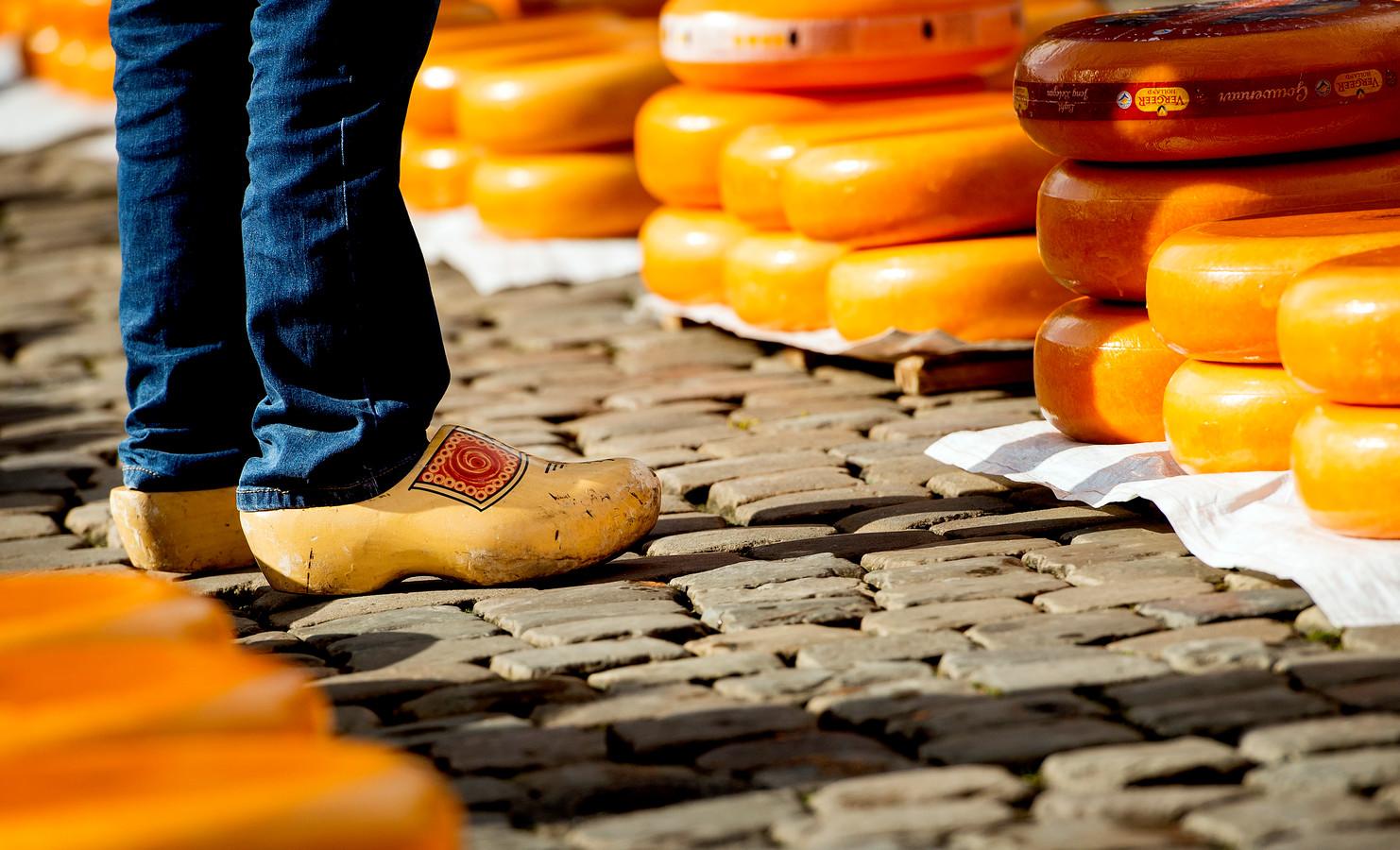 Typisch Nederlandse souvenirs als houten klompen worden door de coronacrisis amper nog verkocht.