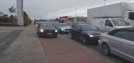 VIDEO. Levensgevaarlijk: ongeduldige chauffeur rijdt tussen fietsers over fietspad om file te vermijden