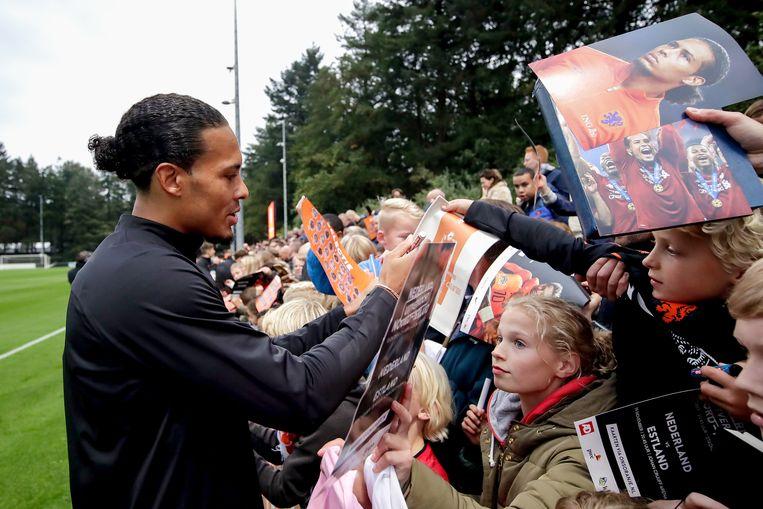 """Oranje-captain Virgil van Dijk deelt handtekeningen uit aan jeugdige fans. """"Je moet nooit vergeten waar je vandaan komt"""", zegt Van Dijk.  Beeld BSR Agency"""