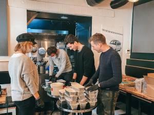 Ils préparent et distribuent des repas chauds aux gens dans le besoin pendant le confinement