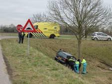 Auto raakt van de weg in Nieuw-Vossemeer, gewonde naar ziekenhuis