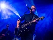 Ook 'Het is een nacht' van Guus Meeuwis bestaat 25 jaar en Paaspop  Den Hout zingt het woord voor woord mee