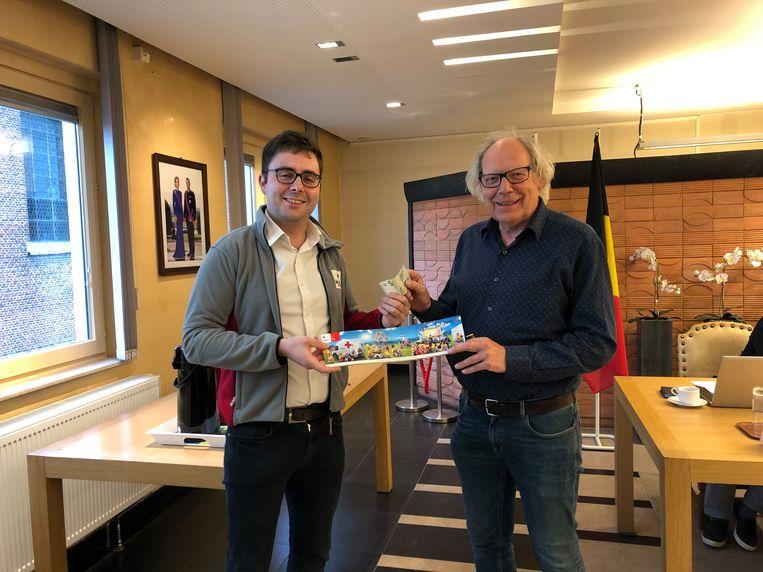 Burgemeester Lieven Latoir kocht de eerste sticker van de nieuwe actie.
