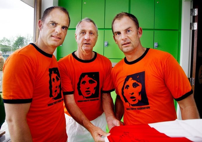 Ajax-trainer Frank de Boer (l) met adviseur Johan Cruijff en jeugdtrainer Ronald de Boer (r).