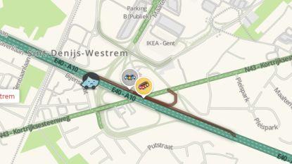 Wagen over de kop op afrit Sint-Denijs-Westrem, bestuurster ongedeerd