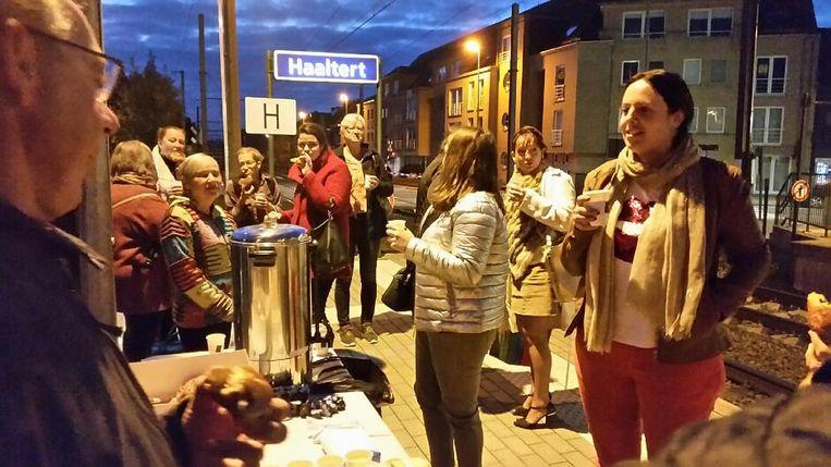 Pendelend Haaltert stond 's ochtends aan het station in Haaltert met koffie voor de treinreizigers om haar memorandum voor te stellen.