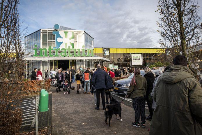 Bezoekers in de rij voor de ingang van Intratuin, vorige week zondag.