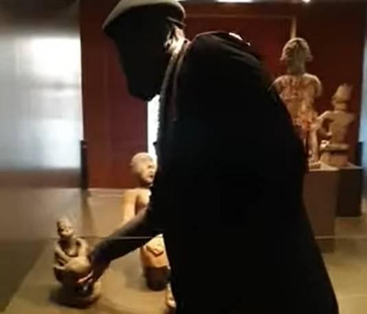 Activisten hebben een houten beeld gestolen uit het Afrika Museum in Berg en Dal.