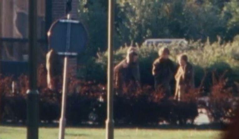 Mei 1977: kinderen verlaten de gekaapte school in Bovensmilde Beeld