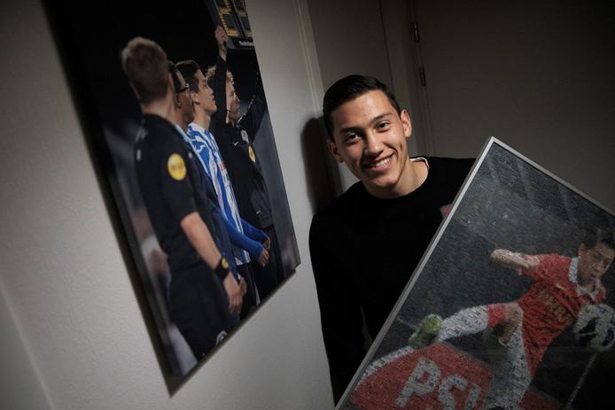 Jay Idzes met rechts een portret uit zijn tijd in de PSV-jeugd, links een foto van zijn profdebuut bij FC Eindhoven in 2018 op canvas.