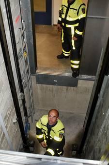 Brandweer redt ouder echtpaar door sleutels uit de liftschacht te halen