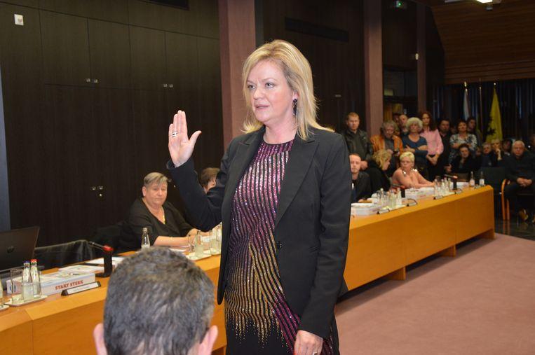 Els Cosyns legt de eed af als gemeenteraadslid.