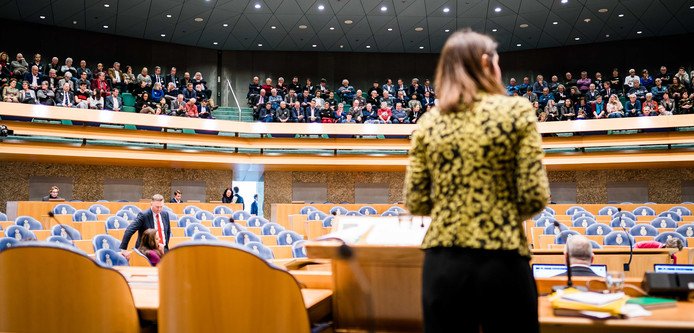 Zeeuwen op de publieke tribune kijken naar Staatssecretaris Barbara Visser van Defensie (VVD) tijdens het Tweede Kamerdebat over de voorgenomen verhuizing van de marinierskazerne in Doorn.