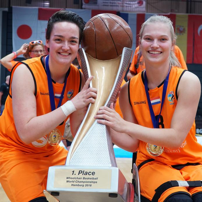 De Wijhese Xena Wimmenhoeve (links) won met het nationale vrouwenteam rolstoel-basketbal de wereldtitel.
