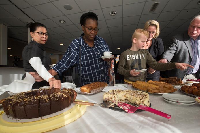 De gebruikelijke koekjes werden vervangen door een tiental zelfgebakken taarten.