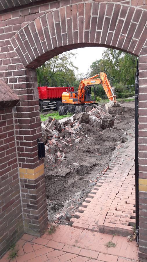 Na de sloop van het muurtje blijft  het bijbehorende poortje wel behouden.
