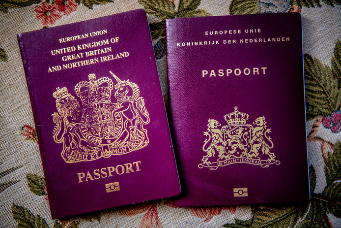 Steeds meer Britten verruilen hun Britse paspoort voor een Nederlands exemplaar.